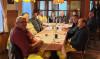 Vertreter der Stadt beim Abendessen mit den Bauarbeitern