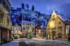 Blick auf den verschneiten Bärenplatz, den Schlossberg und das Hornberger Rathuas