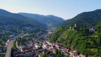 Blick auf den Hornberger Schlossber und das Eisenbahnviadukt mit Schwarzwaldbahn