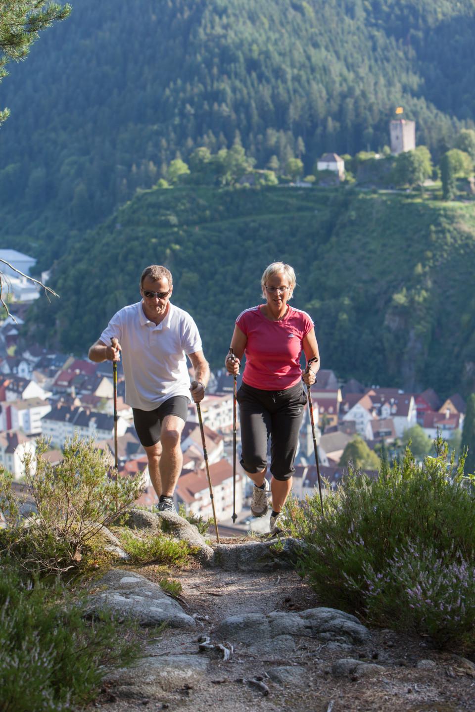 Ein Mann und eine Frau beim Nordic Walking