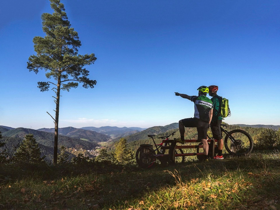 2 Männder mit Mountainbike schauen sich die Landschaft an