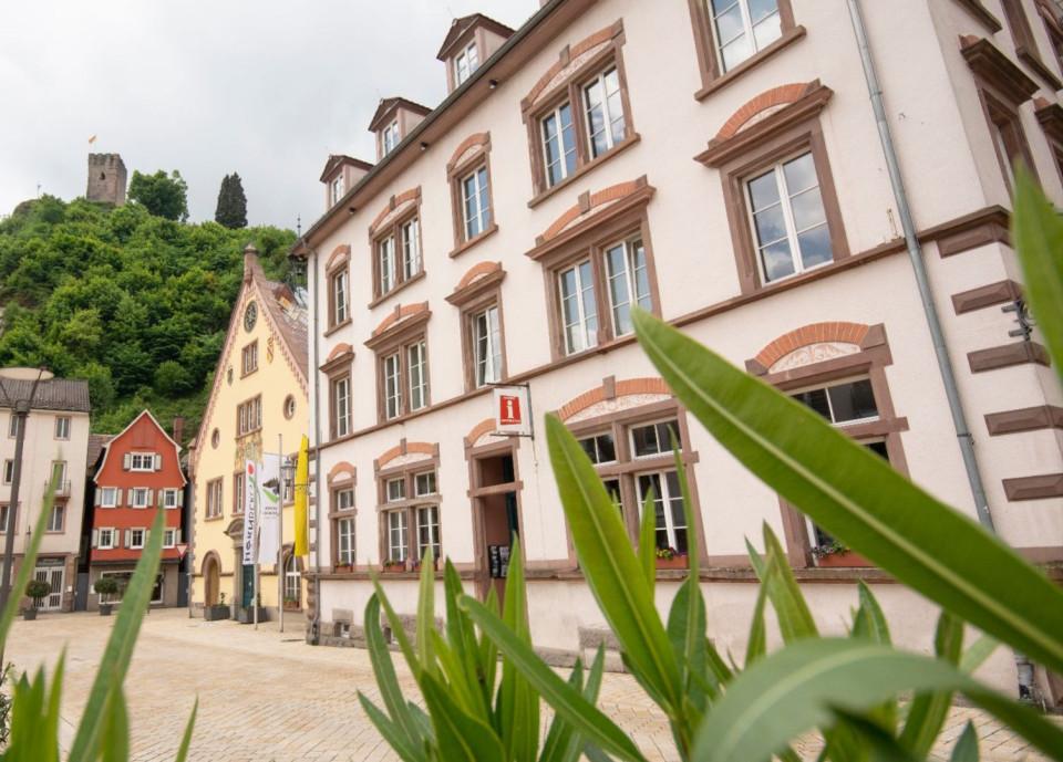Außenansicht vom der Tourist-Information Hornberg und vom Hornberger Rathaus