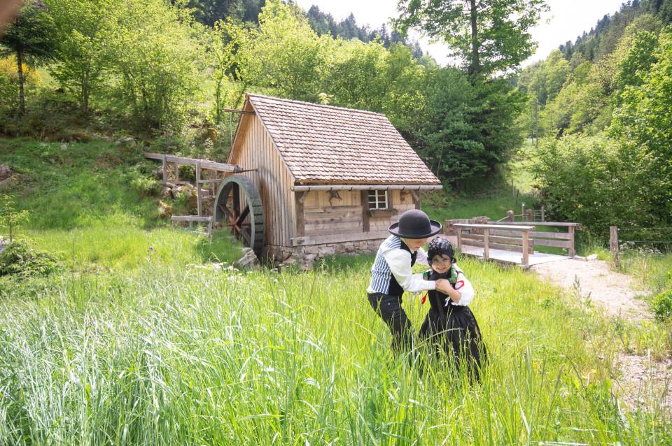 Ein Mädchen und ein Junge spielen vor der Schembachmühle