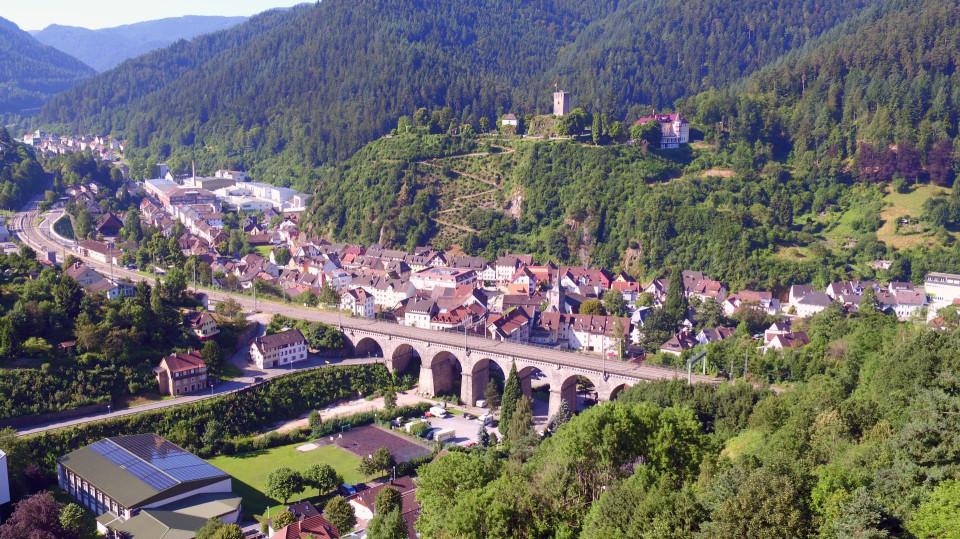Blick auf das Eisenbahnviadukt, den Schlossberg und Stadt Hornberg