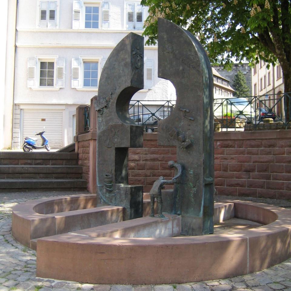 Geschichtsbrunnen auf dem Evangelischen Kirchplatz