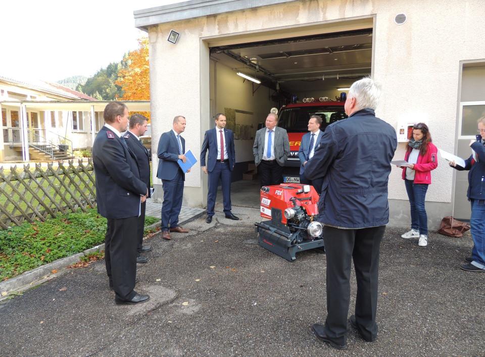 Die neue Tragkraftspritze der Feuerwehr Niederwasser wird vorgestellt