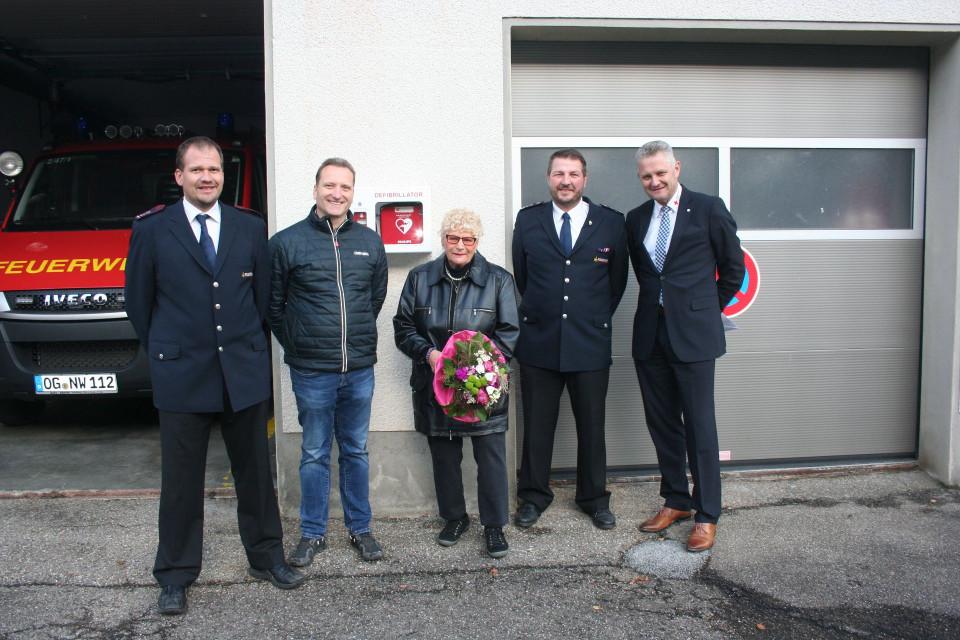 Übergabe eines neuen Defibrilators im Ortsteil Niederwasser