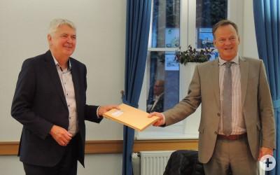 Landrat Scherer überreicht Bürgermeister Scheffold ein Gastgeschenk