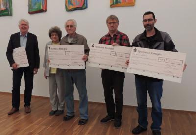 Bürgermeister Scheffold übergibt vier Personen Spendenchecks