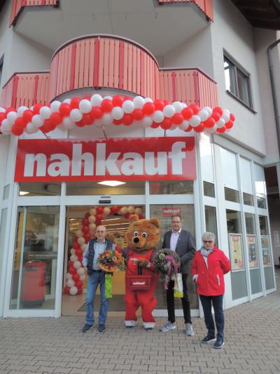 Bürgermeisterstellvertreterin Laumann gratuliert den Inhabern vor dem Geschäft
